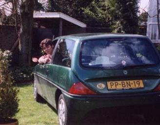 Matthijs Kienhuis met zijn Lancia Ypsilon