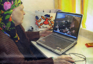 Leukemiepatienten lachen achter laptop